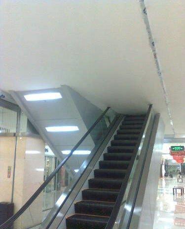 这电梯是专门为了练习撞头的吗?