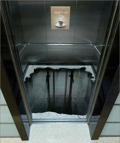 这电梯不想让人坐吧,放个吓人的电梯毯子