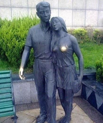 连铜像都不放过啊~