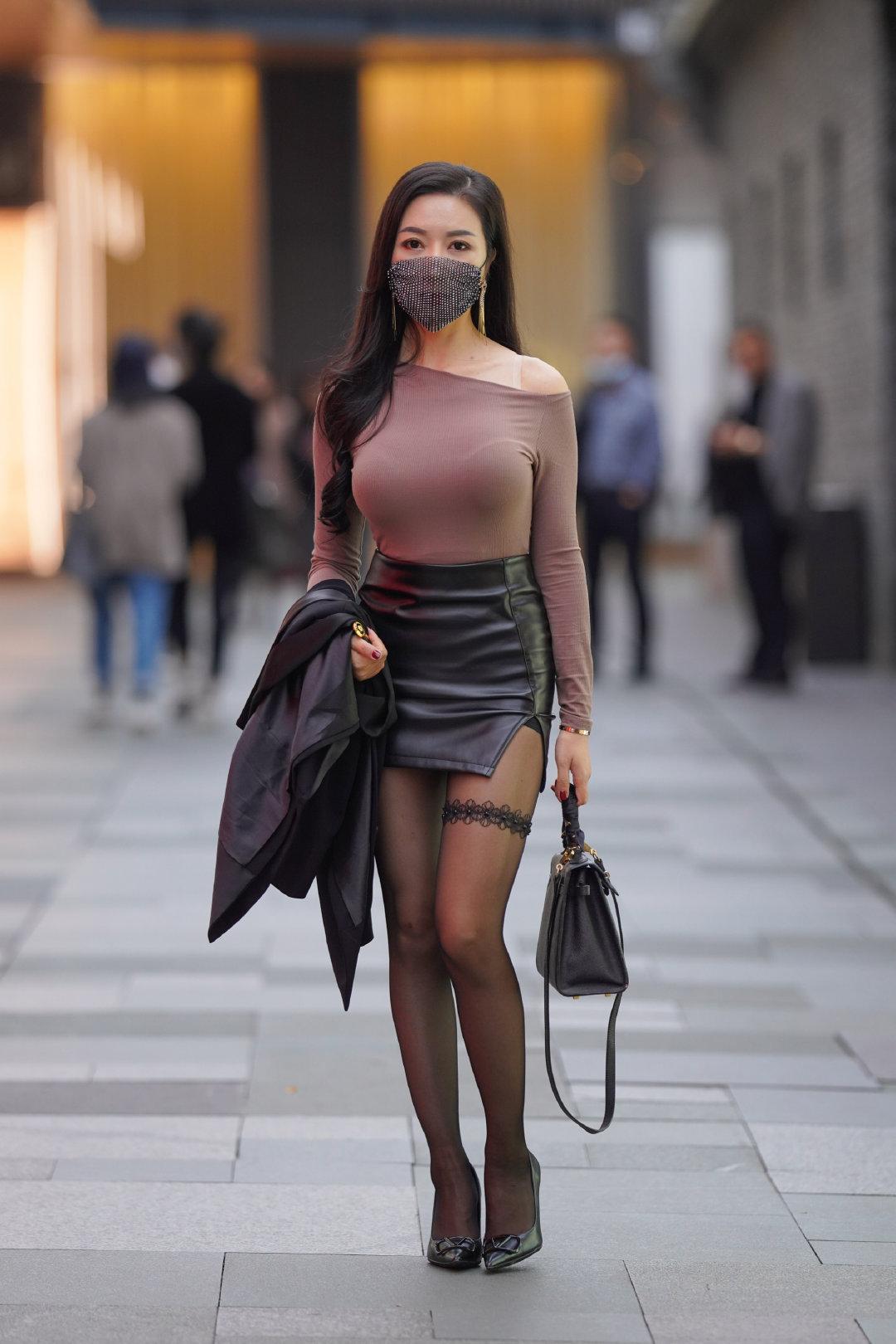 街拍香肩微露的黑丝皮裙御姐,这成熟的气质太美了