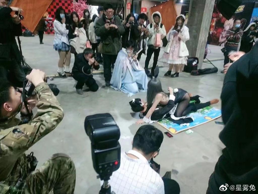 哈尔滨漫展现不雅拍照事件,不知道的以为这是拍片现场呢 大杂烩