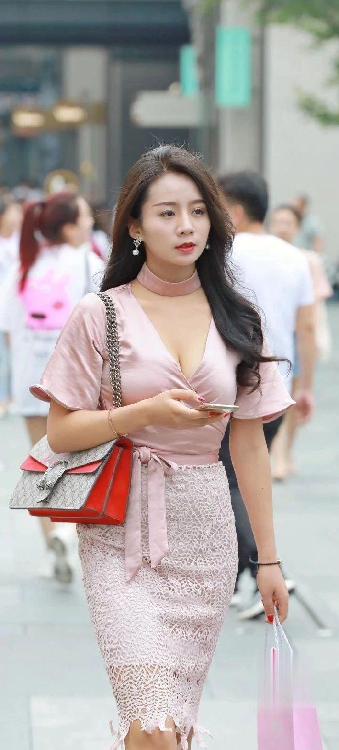 """街拍:粉色""""交错""""上衣搭配镂空短裙,30岁辣妈出秀丽优雅气质"""