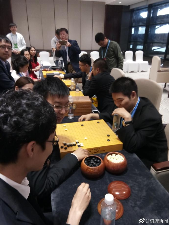 人机大战第一局:AlphaGo执白1/4子战胜柯洁的照片 - 15