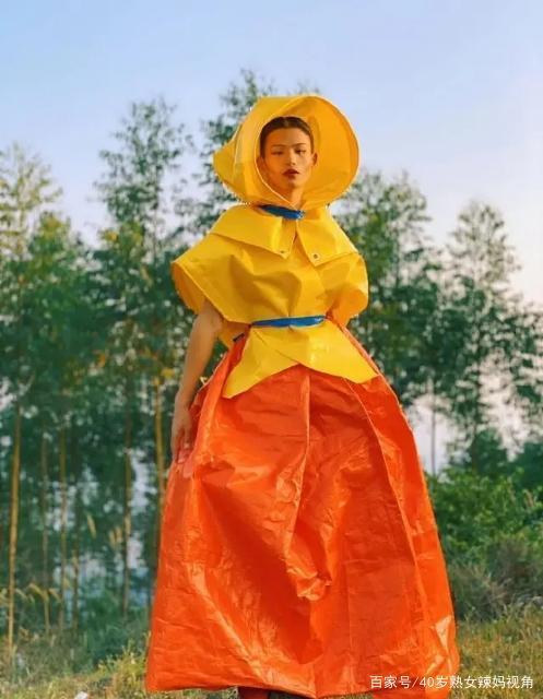 太励志了!那个穿自制菜皮化肥袋野草叶子在农村走T台的陆仙人,人家现在长这样