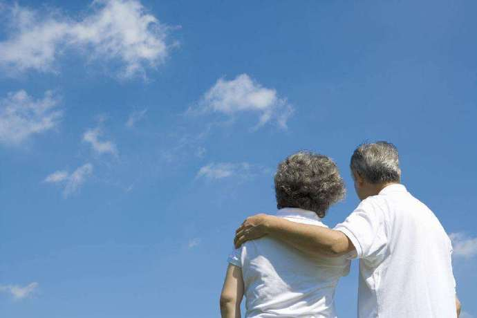 我奶奶活了94岁,我爸照顾了她十年,养老是一个很沉重的社会话题