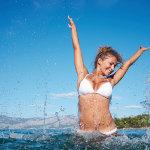 水中玩耍的国外美女大胆写真摄影图片