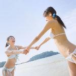 海边嬉闹的比基尼美女大胆美女人体图片