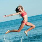 海边跳跃的比基尼美女rtys高清大图大胆图片
