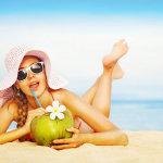 海边吸椰子汁的比基尼美女大胆人体艺术照摄影图片